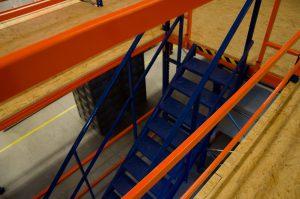 лестница между стеллажами - галерея триометал сервис