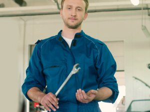 Работник склада, чинит стеллажное оборудование